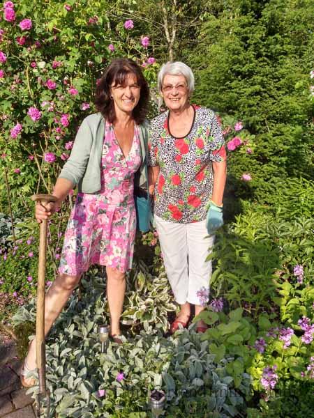 Hannelore Birkel und Jutta Steinmetz im Rosengarten